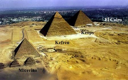Keops, Kefrén y Micerino, en El Cairo, Egipto (Fuente: https://ukajerez.files.wordpress.com/2015/09/b468f-keops-kefren2by2bmicerino.jpg?w=450&h=281)